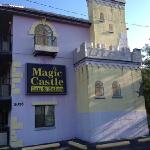 Magic Castle Inn and Suites resmi