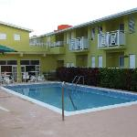 Photo de Tropical Winds Apartment Hotel