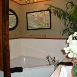  Large corner tub in the Sonny Boy Williamson room
