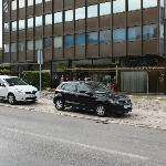  Gratis parkering foran den omtalte brune bygning