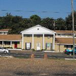  Riverview Inn Motel &amp; Apts