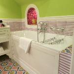 i love this bathtub and tiles