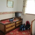 the main room of the accommodatin with TV and drawers