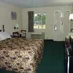 Days Inn Pine Mountain Queen Bed room