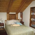  Queen bed in White Mtn. Room