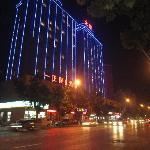 Yizheng Holiday Hotel вечерний