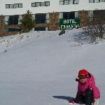  Jugando con la nieve frente al hotel