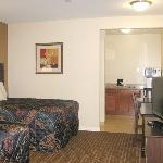  Budget Host Innand Suites Beds