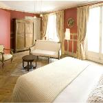 Eugénie's room is 30m² large,fitted with a bathroom.