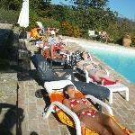 Momenti di relax al sole in piscina