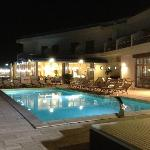 Ristorante e piscina by night