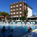  l&#39;hotel visto dalla piscina