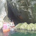  entre en canoe dans les grottes