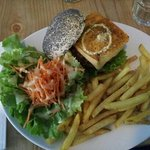  Un r?gal frites maison + une salade et hamburger miam!!