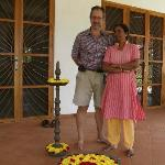  Vijaya et Jean-Marie devant leur maison, avec le bouquet de fleurs de bienvenue