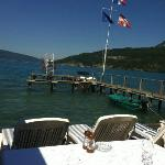 Tables au bord du lac d'Annecy