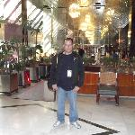  en el lobby del hotel