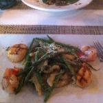 Long pasta, with green beans and Gouda chees sauce with shrimp and scallops