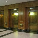  Lobby&#39;s historic elevators