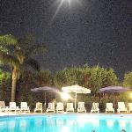 bordo piscina di notte