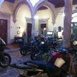  Lobby con motocicletas