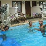  berenang setiba di bali yang panas