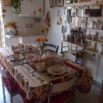  la deliziosa cucina con tavola imbandita per la colazione