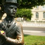  A quelques pas de l&#39;hotel veille la clbre statue de Charlie Chaplin