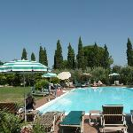  La piscina dell&#39;albergo in una bella giornata di agosto