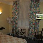Hotel De La Cloche room with bed/TV