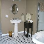  Large Bathroom--BIGGER THAN THE ROOM!
