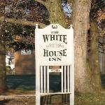 White House Inn sign