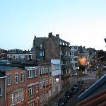 I stayed in the single room located at the top floor of the B&B. Try opening the roof window to