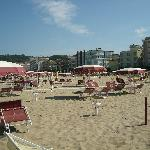  Strand mit Hotel im Hintergrund