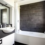  Black &amp; White Bathroom Style