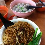 Dried noodles with minced meat & bowls of extra beef balls