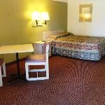  Red Carpet Inn and Suites Gastonia Queen Bed