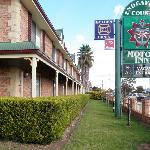 Endeavour Court Motor Inn signage as seen on Newell Highway (Bourke St)