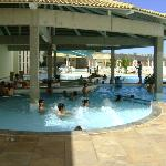 Piscina do hotel e bar molhado