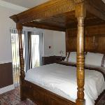  REAR FOUR POSTER ROOM WITH EN SUITE SHOWER ROOM