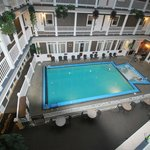  Hotel Innenansicht auf Pool von den Zimmergngen