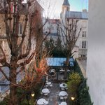  La cour jardin , vue de notre chambre