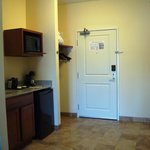 Wet bar &amp; &quot;foyer&quot; entrance to room
