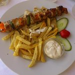  Souvlaki di maiale, pita e patatine fritte