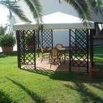  gazebo in un bel giardino rilassante