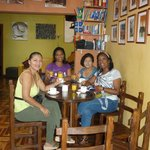  Desayunando dentro con nuevas amigas