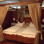 Four Poster in room