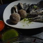  Papas arrugadas,mojos verde y rojo,sardinas frescas