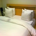 Comfy memory foam bed with firm square pillows