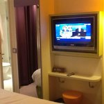  TV avec accs salle de bain  gauche
